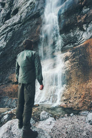 Waterval en de mens reizigers genieten van uitzicht Reizen Lifestyle avontuur concept actieve vakanties in de natuur harmonie met de natuur Stockfoto