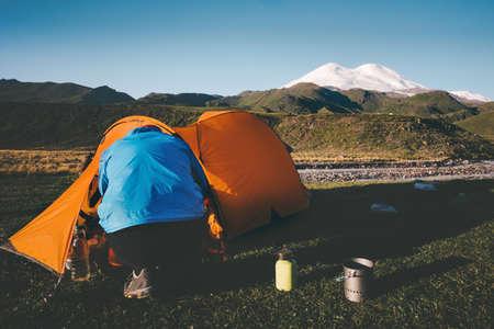 Reiziger met tent kampeeruitrusting outdoor Travel Lifestyle-concept avontuurlijke reis actieve vakanties Stockfoto