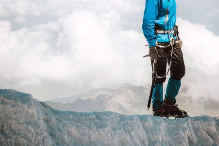 Man klimmen op de gletsjer naar bergtop Travel Lifestyle-concept avontuurlijke actieve vakanties outdoor bergbeklimmen sport alpinisme apparatuur ijsbijl en stijgijzers