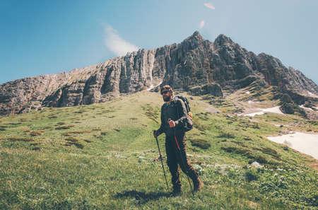 Man reiziger wandelen in de bergen Reis Lifestyle-concept avontuurlijke actieve zomervakanties openlucht