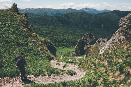 Man Traveler avec sac à dos de randonnée dans les montagnes Voyage vacances Lifestyle succès le concept d'aventure été en plein air