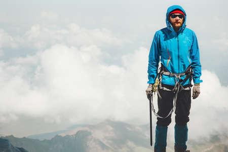 Man klimmer met ijsbijl staande op bergtop Travel Lifestyle-concept avontuurlijke actieve vakanties outdoor bergbeklimmen sport alpinisme apparatuur