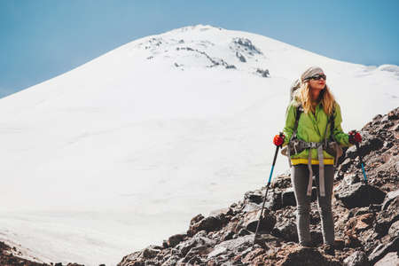 Vrouw reiziger met rugzak wandelen in de bergen Reizen Lifestyle avontuur concept actieve vakanties outdoor bergbeklimmen sport succes Elbrus bergen op de achtergrond