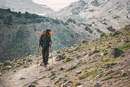 vacances actives Traveler Man alpinisme Voyage Lifestyle notion d'aventure en plein air randonnée sportive avec sac à dos