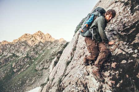 Kletterausrüstung Clipart : Illustration die einen männlichen bergsteiger platziert eine flagge
