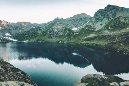 Turquoise Meer in Bergen Landschap Zomerreizen serene luchtfoto Stockfoto