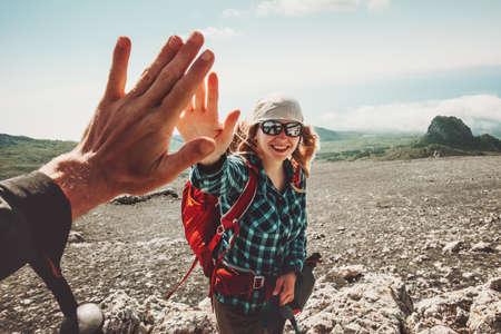 Gelukkige Vrienden geven vijf handen aan het reizen bij bergen Reis Lifestyle positieve emoties concept. Jong koppel samen actieve avontuurlijke vakanties