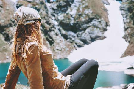 Femme apprécie le lac bleu dans les montagnes Voyage Style de vie concept d'aventure vacances d'été harmonie extérieure avec la nature