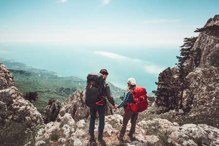 Paar reizigers Man en vrouw houden van handen genieten van bergen luchtfoto Liefde en reis levensstijl concept. Jonge familie reist samen actieve avontuurlijke vakanties