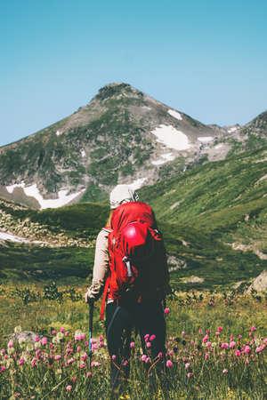 Backpacker wandelen in bergen Reis Lifestyle avontuur wanderlust concept zomervakantie buiten Stockfoto