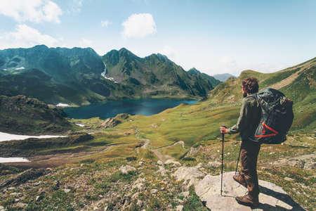 Reiziger Man genieten van uitzicht op het meer en de bergen Reizen Lifestyle concept avontuur zomervakantie openluchtwegfaraar met rugzak