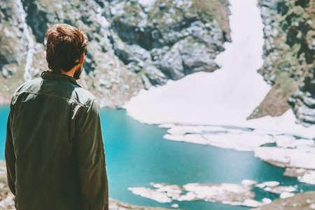 Man genieten van ijzig meer in bergen landschap Reis Lifestyle avontuur concept zomervakantie outdoor harmonie met de natuur