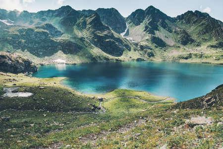 Turquoise Lake en Mountains Range Landscape Summer Travel serene luchtfoto