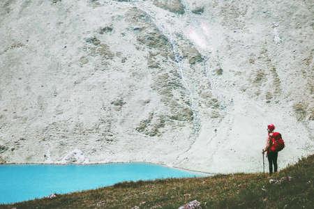 Reiziger op blauwe meer bergen met rugzak wandelen Reis Lifestyle avontuur concept zomervakantie openlucht landschap Stockfoto