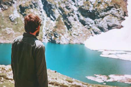 Man dwaal ijzig meer in bergen landschap Reis Lifestyle avontuur concept zomervakantie buiten harmonie met de natuur