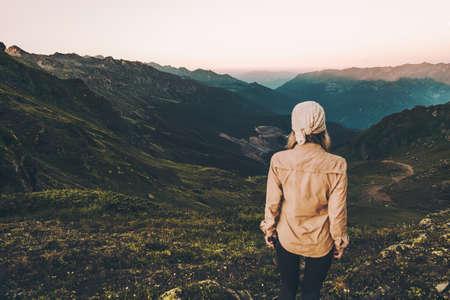 Vrouw wandelen bij zonsondergang bergen Reis Lifestyle wanderlust concept zomer vakanties buiten