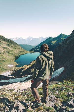 Man ontdekkingsreiziger wandelen meer in bergen luchtfoto Reizen Lifestyle avontuur concept zomervakantie outdoor harmonie met de natuur