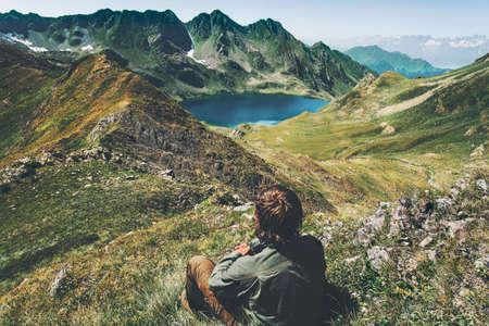 Man reiziger wandelt blauw meer in bergen luchtfoto landschap Reizen Lifestyle avontuur concept zomervakantie outdoor harmonie met de natuur