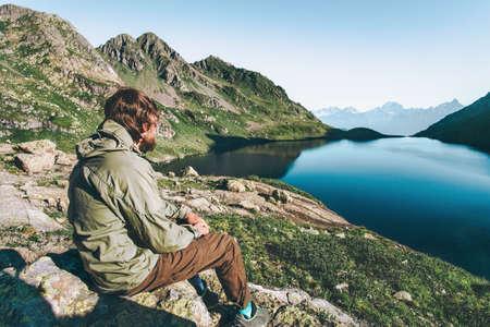 Wanderer Man genieten van meer en bergen View raised hands Reis Lifestyle emoties concept avontuurlijke vakanties buiten Stockfoto