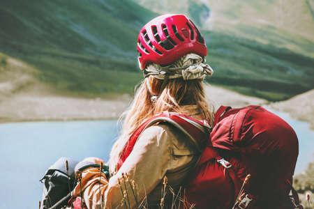 Vrouw ontspannen bij meer in bergen Reis Lifestyle Wanderlust Avontuur concept Zomervakantie openlucht in de wildernis