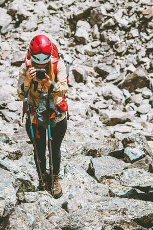 Wandelaar fotograaf foto van bergen Reizen Lifestyle avontuur concept actieve vakanties outdoor wandelen bergbeklimmen Stockfoto