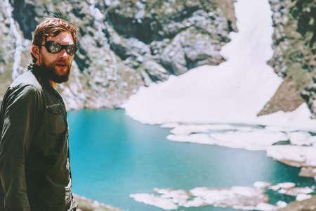Man wandelaar reizen bij het blauwe meer in de bergen Reis Lifestyle avontuur concept zomervakantie openlucht in het wild