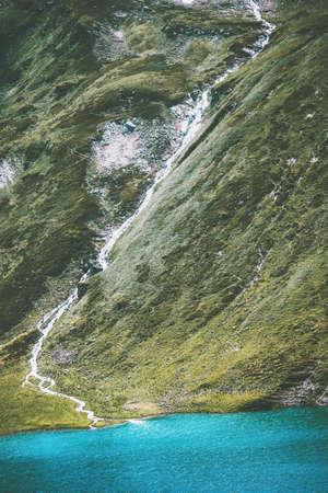 Turquoise Lake in Mountains Idyllic Paysage Eté Voyage Vue aérienne séreuse Banque d'images