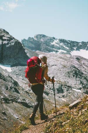 Voyageur, femme, randonnée, seul, rocheux, montagnes, voyage, mode de vie, wanderlust, concept, vacances d'été, extérieur, actif, vie saine Banque d'images