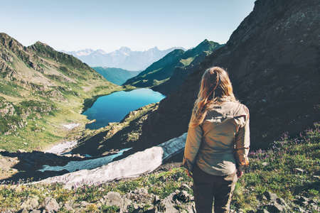 Femme voyageur qui marche au lac dans les montagnes Voyage Style de vie concept d'aventure vacances d'été paysages d'exploration en plein air