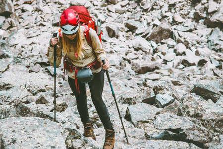 Wandelaar met rugzak in bergen Reizen Lifestyle avontuur concept actieve vakanties buitenbar bergbeklimmen trail running sport stenen op de achtergrond wandelen