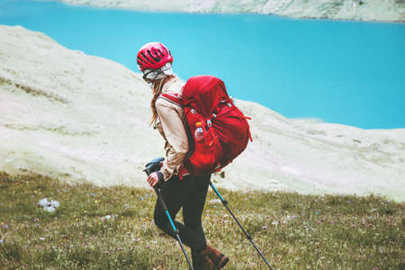 Wandelaar vrouw reist bij blauwe meer bergen met rugzak Reis Lifestyle avontuur concept zomer vakanties buiten actief gezond leven