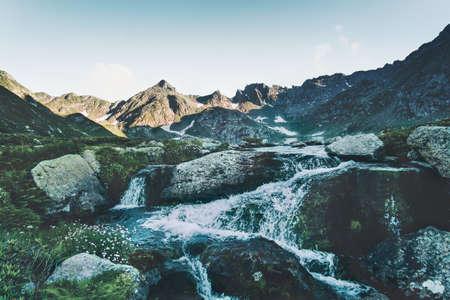 Montagnes et chutes d'eau Paysage Voyage serein vue panoramique