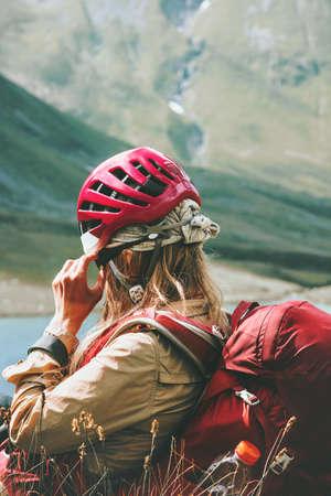 Climber vrouw ontspannen in bergen Reis Lifestyle wanderlust avontuur concept zomervakantie openlucht in de wildernis met rugzak en helm