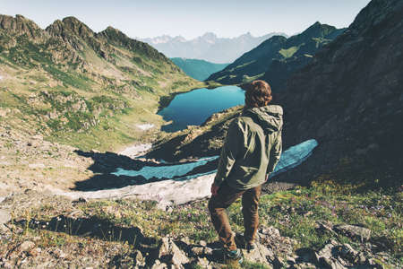 Man ontdekkingsreiziger genieten van meer in bergen luchtfoto Reizen Lifestyle avontuur concept zomervakantie outdoor harmonie met de natuur