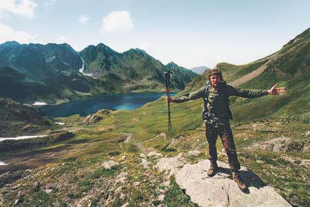 Joyeux homme en appréciant le lac et les montagnes vue levée mains Voyage Style de vie émotions idée aventure vacances extérieur