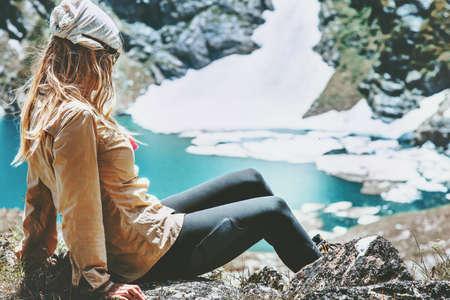 Wandelaar vrouw ontspannen bij het blauwe meer in de bergen Reizen Lifestyle Wanderlust concept zomervakantie openlucht harmonie met de natuur Stockfoto