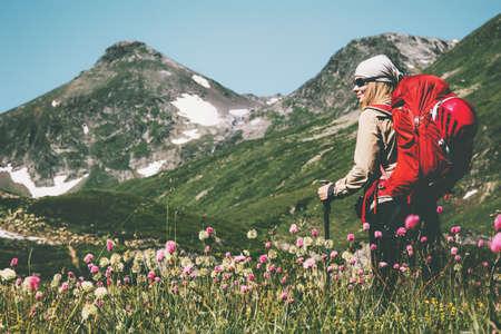 Jonge vrouw ontdekkingsreiziger wandelen in bergen Reis Lifestyle wanderlust concept zomervakantie openlucht met rugzak