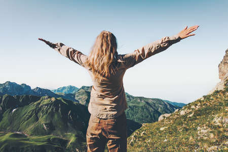 Glückliche Frau Reisende über Berge erhobenen Händen Reise Lifestyle Erfolg und Abenteuer Konzept Sommerferien im Freien photo
