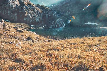 Meer in de bergen zonsondergang Landschap Zomerreizen schilderachtig uitzicht