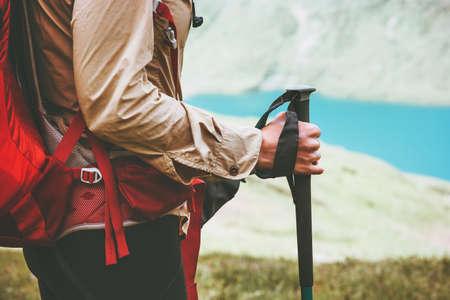 Traveller Wandern am blauen See Reise Lifestyle Abenteuer Konzept Sommer Urlaub im Freien photo