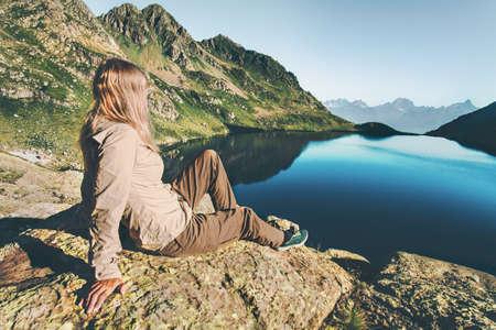 Jeune femme se détendant au lac dans les montagnes Voyage Style de vie Wanderlust concept vacances d'été harmonie extérieure avec la nature