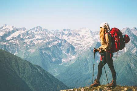 Femme Voyageur debout sur la falaise de montagne avec sac à dos rouge Voyage Concept de style de vie aventure vacances d'été extérieur nature sauvage paysage Banque d'images