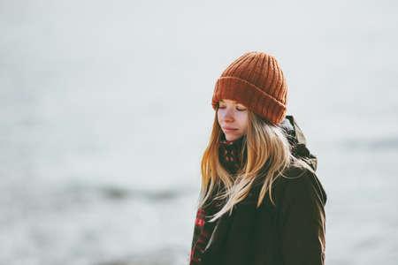 Sad Woman at winter beach cold sea outdoor depression emotions Lifestyle seasonal concept Standard-Bild