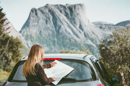 Vrouw reist met de auto op road trip met kaart planning route Lifestyle concept avontuurlijke vakanties buiten Stockfoto