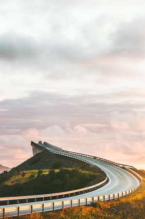Atlantische weg in Noorwegen Storseisundet-brug over oceaanmanier aan skandinavische de reisoriëntatiepunten van wolken