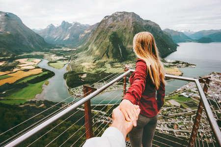 Paar Man en vrouw volgen hand in hand in Noorwegen bergen liefde en reizen gelukkig emoties levensstijl concept. Jong gezin reizen actieve avontuurlijke vakanties Rampestreken luchtfoto Stockfoto