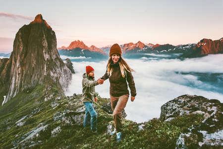 Glückliches Paar, das Hände hält, die zusammen wandern, die in Norwegens aktivem Lebensstilkonzept aktive Ferien im Freien Segla Gebirgssonnenuntergangslandschaft wandern