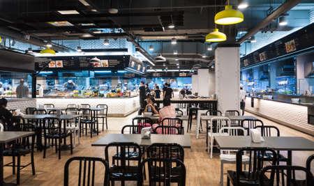 comedor escolar: BANGKOK - 5 de enero de 2015: La gente no identificada comer en un patio de comidas en la calle The Ratchada Bangkok, Tailandia. La calle Ratchada Street Mall, enfoque suave Editorial