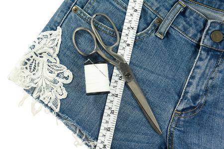in jeans: Shorts vaqueros DIY con encaje decorado aislado sobre fondo blanco