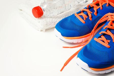 Fitnessruimte accessoires met sportschoenen Stockfoto